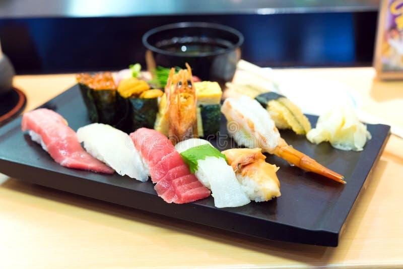 生鱼片寿司设置与筷子和大豆 免版税图库摄影