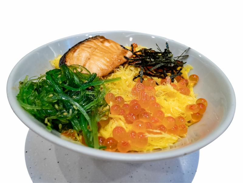 生鱼片新鲜的新鲜的未加工的三文鱼海鲜、在米的生鱼片和獐鹿 文化,传统 库存图片