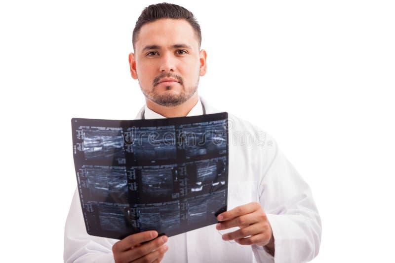 年轻医生读书X-射线 免版税库存照片