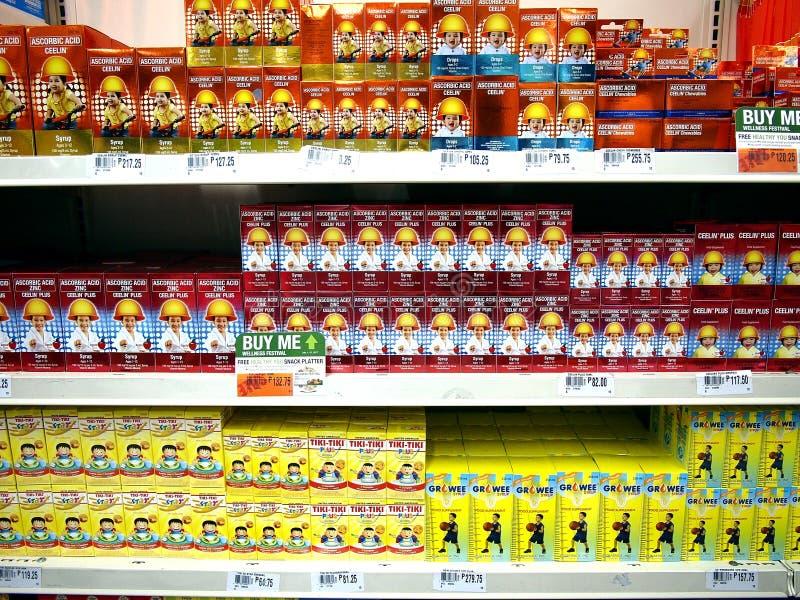 维生素和食物补充在显示在准备好的杂货店由顾客拾起 免版税图库摄影