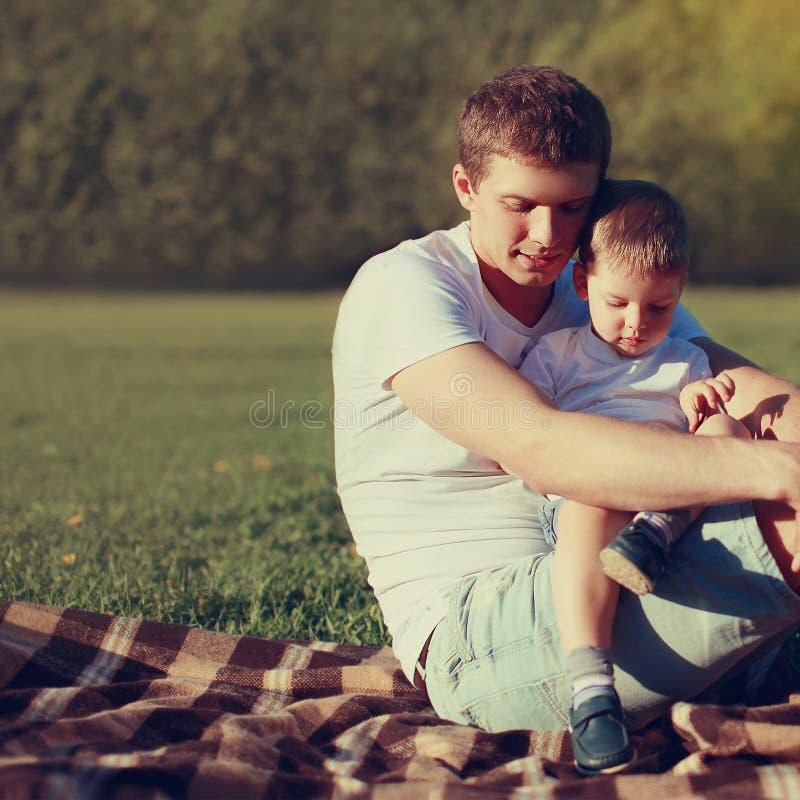 生活方式一起休息照片可爱的父亲和的儿子户外 免版税库存照片