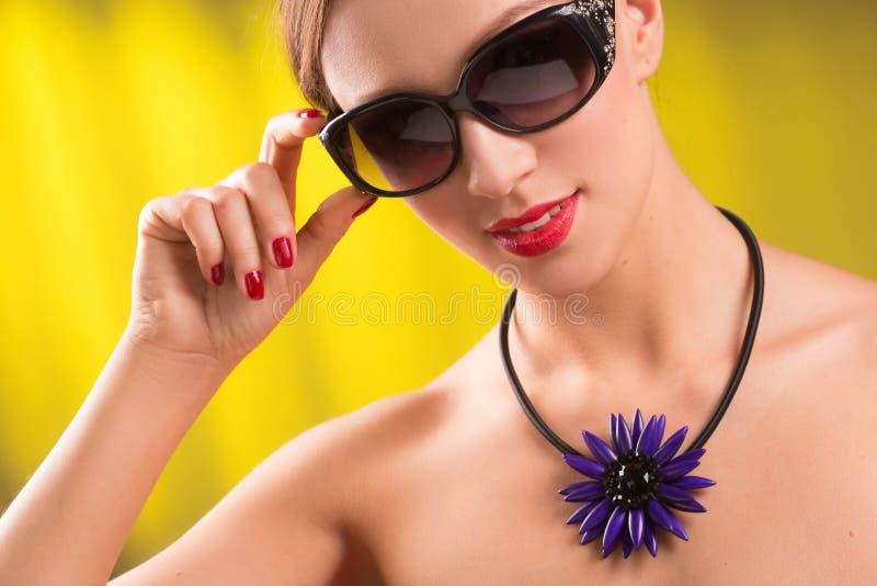 生活方式时髦的少妇,明亮的项链时尚画象时髦太阳镜的 夏天明亮的颜色 库存照片