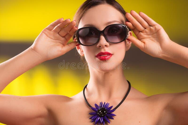 生活方式时髦的少妇,明亮的项链时尚画象时髦太阳镜的 夏天明亮的颜色 图库摄影