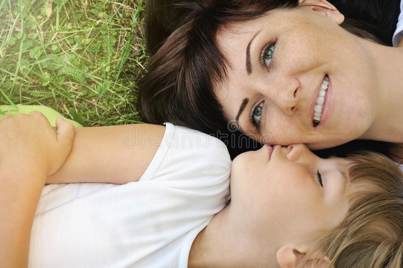生活方式有愉快的女孩和她的母亲家庭画象fu 免版税库存图片