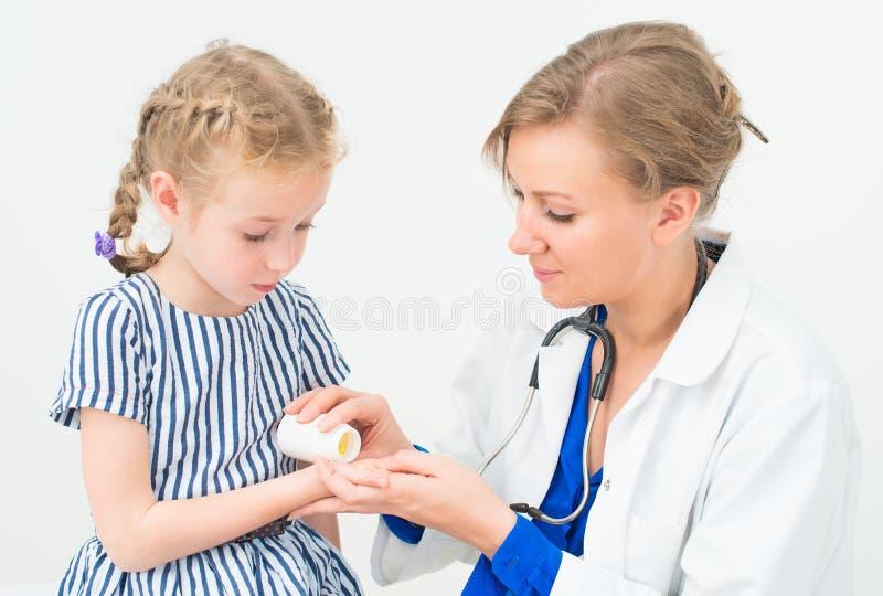 给维生素的女性医生 库存照片