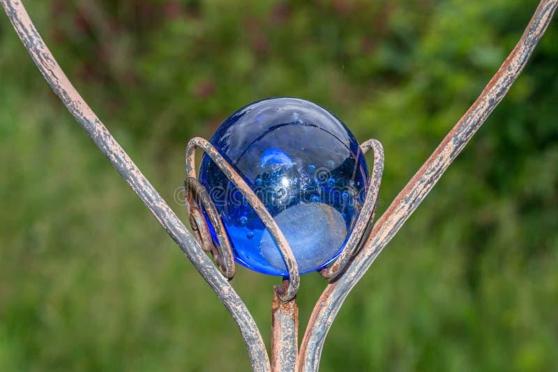用一个蓝色玻璃球装饰的心形的庭院插座 免版税图库摄影