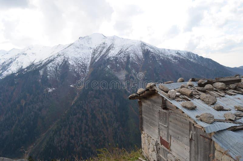 用一些雪背景和一个村庄盖的山看法在黑海地区 免版税库存图片