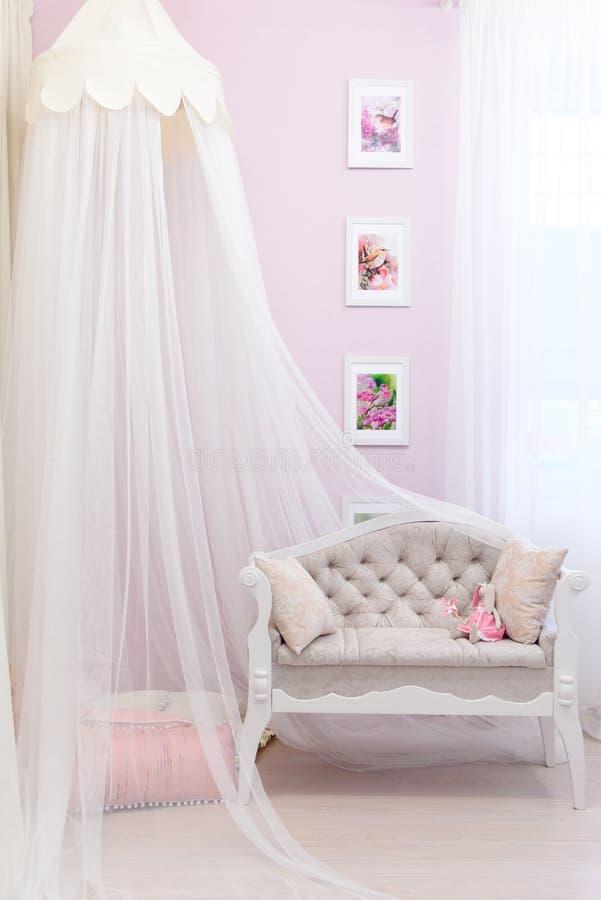 用一块轻微的透明布料盖的米黄沙发 免版税库存图片