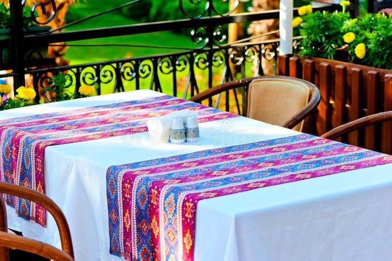 用一张桌布盖的表在餐馆 免版税库存图片