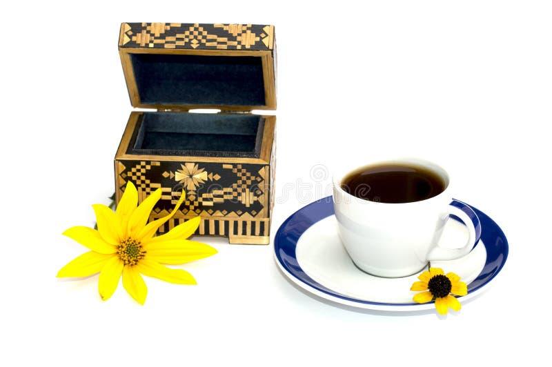 用一朵黄色花和小箱装饰咖啡, iso 库存照片