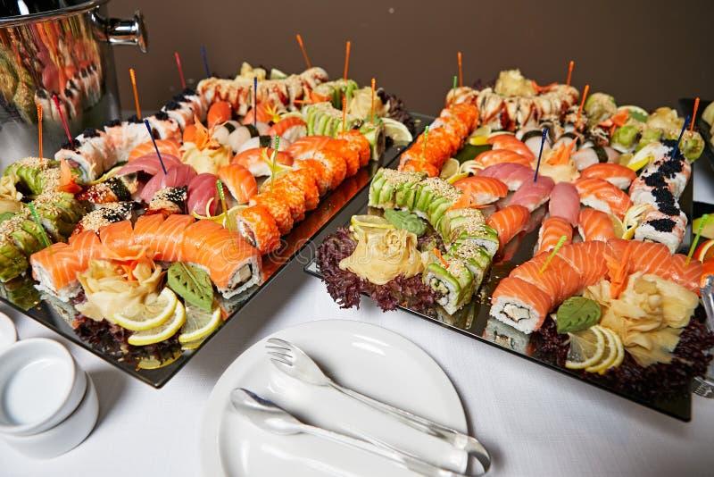 用不同的寿司卷的装饰的承办的宴会桌 免版税图库摄影