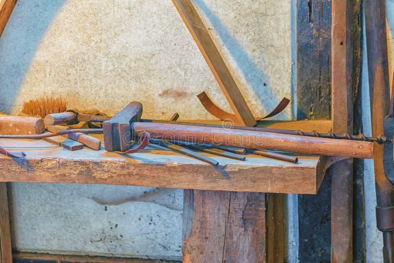 用不同的工具的木桌 免版税库存照片