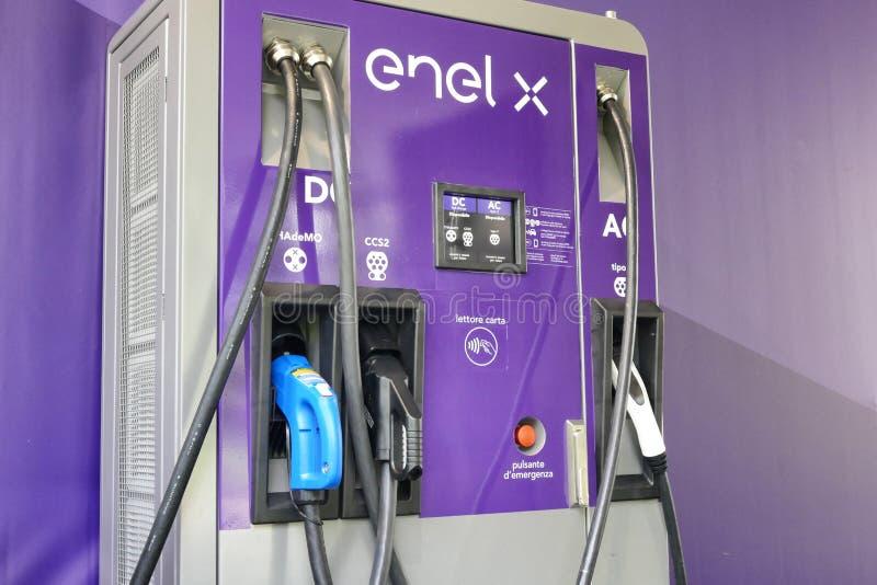 用不同的插口和力量的Enel x公开多充电站 免版税库存图片