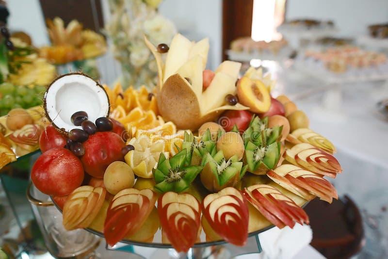 用不同的新鲜水果的美妙地装饰的承办的宴会桌在公司生日宴会事件或婚姻的庆祝 库存图片