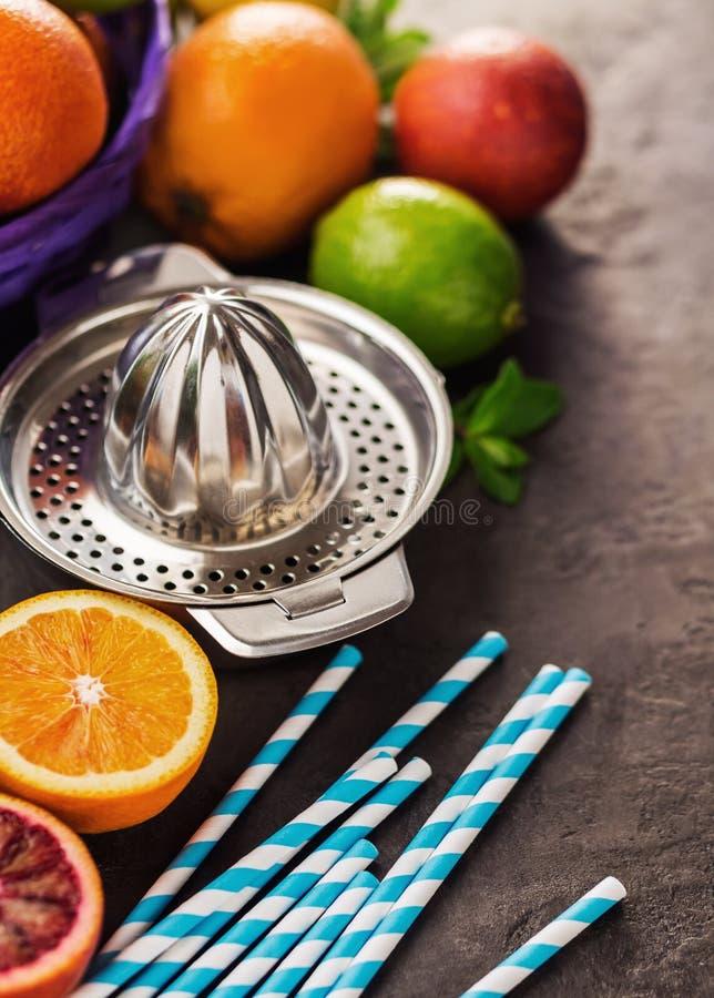 用不同的柑橘水果、桔子、石灰和柠檬的榨汁器 图库摄影
