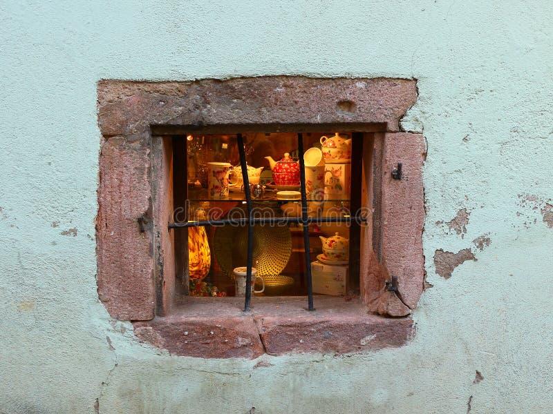 用不同的瓷盘的商店窗口 背景 库存照片