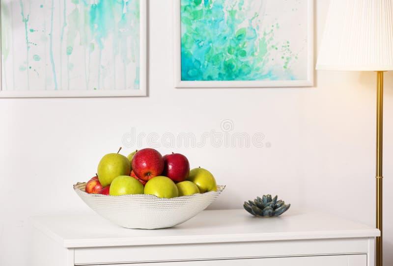 用不同的甜苹果的碗在屋子里 库存照片