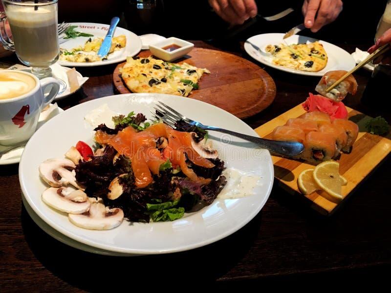 用不同的盘的餐馆桌 免版税库存图片
