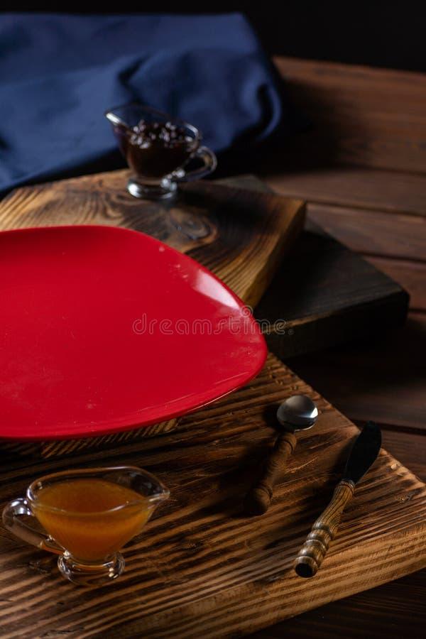 用不同的种类的玻璃瓶子果酱和莓果在木桌上 免版税图库摄影