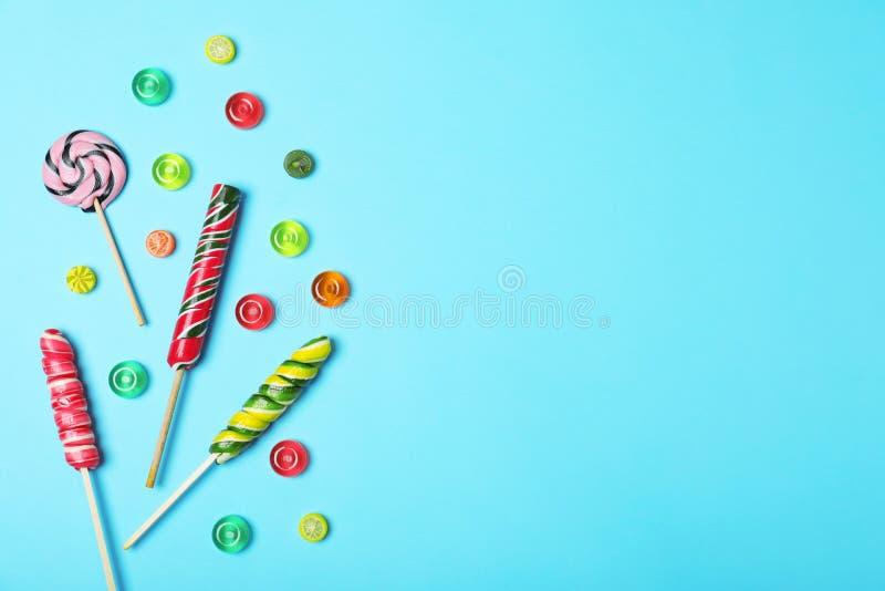 用不同的糖果的平的被放置的文本的构成和空间 图库摄影