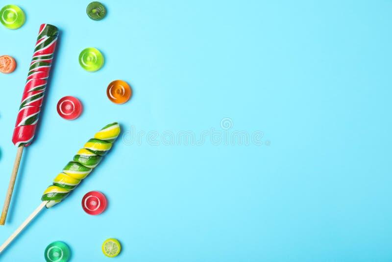 用不同的糖果的平的被放置的文本的构成和空间 免版税库存照片