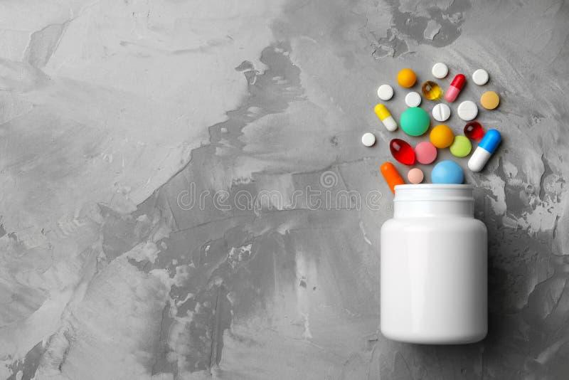 用不同的药片的瓶在桌,平的位置上 图库摄影