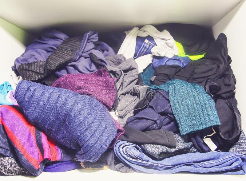 用不同的衣裳的家庭衣橱 免版税库存照片