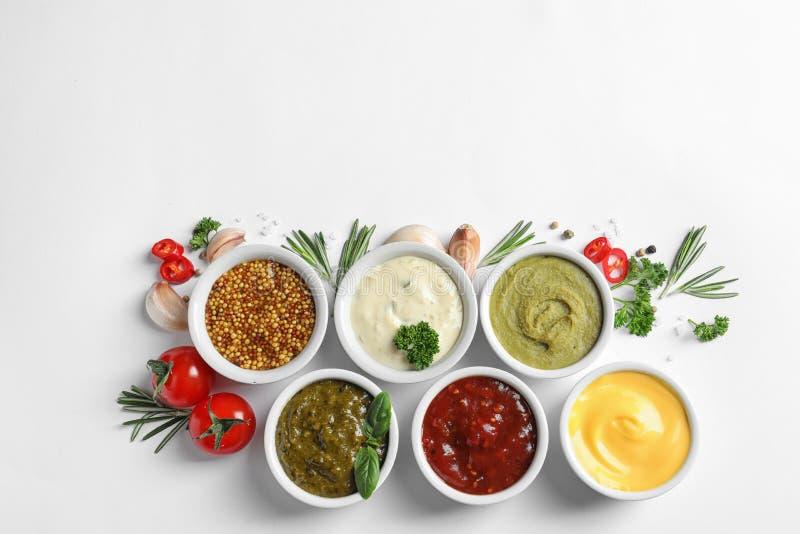 用不同的调味汁和成份的构成在白色背景,平的位置 库存照片