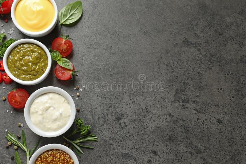用不同的调味汁和成份,平的位置的碗 r 图库摄影