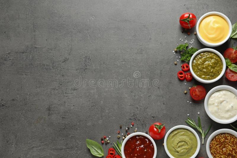 用不同的调味汁和成份,平的位置的碗 r 免版税库存图片