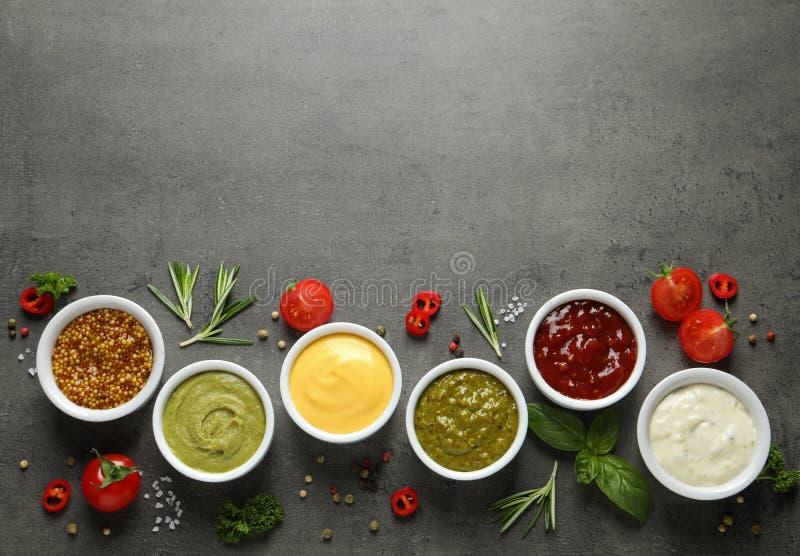 用不同的调味汁和成份,平的位置的碗 r 免版税库存照片