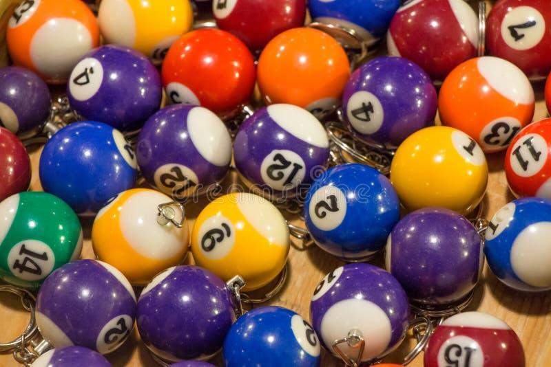 用不同的颜色的被分类的水池球keychains在a的待售 免版税库存图片