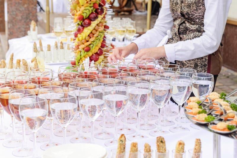 用不同的食物快餐和开胃菜的室外美妙地装饰的承办的宴会桌在公司党事件或婚姻 库存照片