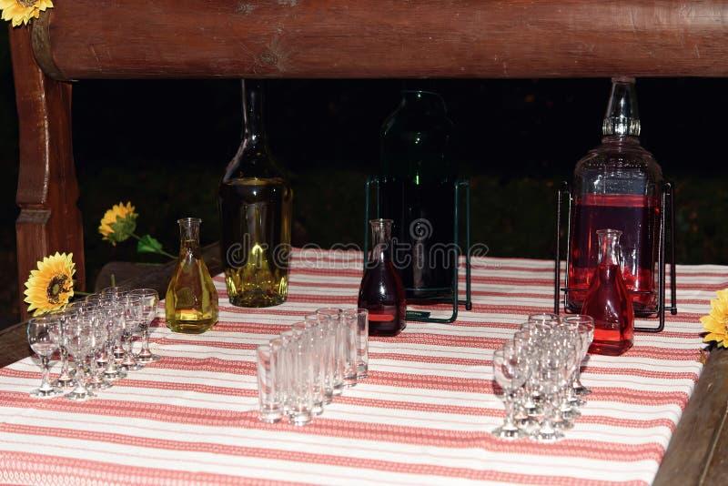 用不同的饮料的酒精酒吧,结婚宴会,承办酒席 免版税图库摄影