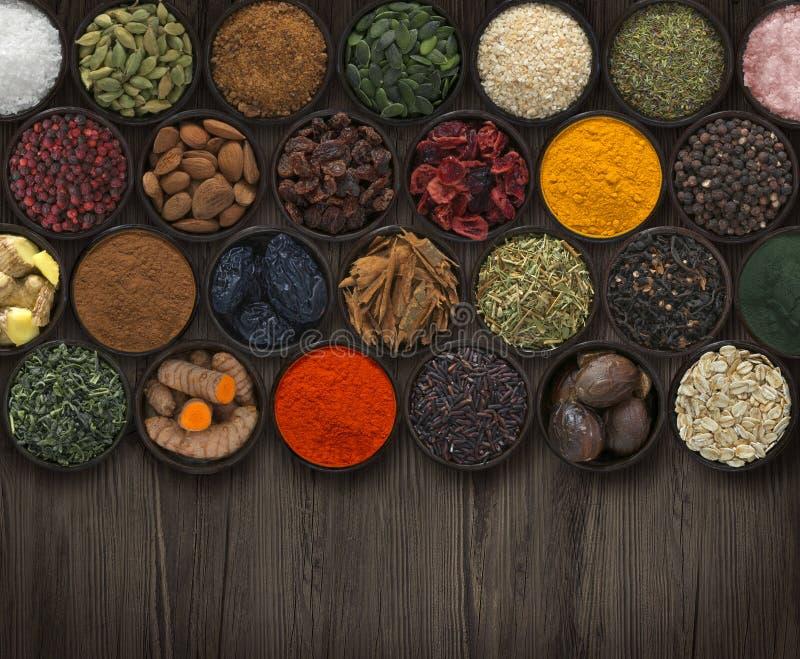 用不同的香料和种子的背景 免版税库存图片