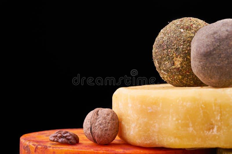 用乳酪和坚果的不同的类型的盛肉盘 在木板的手工制造乳酪 乳酪生产 免版税库存照片