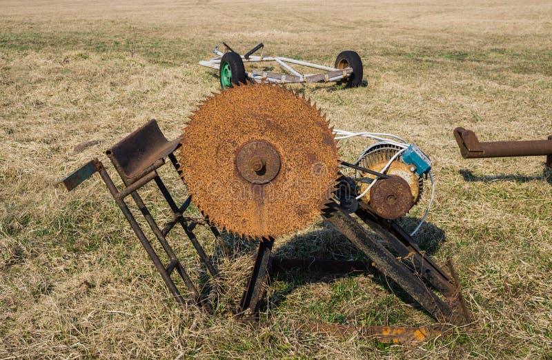 用于上个世纪的锯的日志的一把老,生锈的锯 库存照片