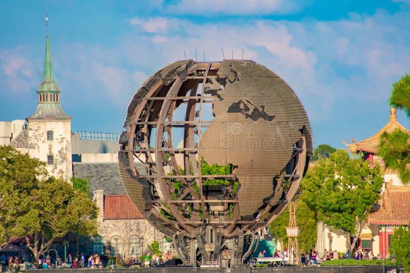 用于展示地球的照明反射的铁球形 照明是烟花在Epcot显示在华特・迪士尼世界 库存图片