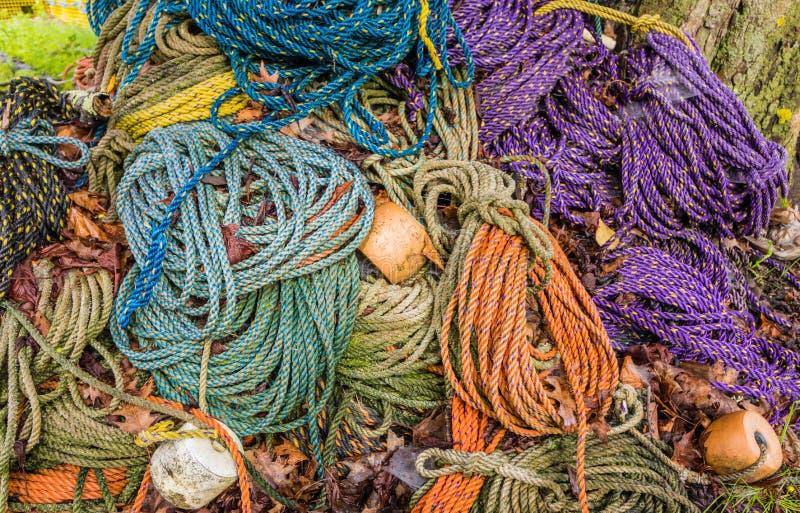 用于龙虾陷井的五颜六色的水槽、hydropro和浮游物绳索在大堆坐 免版税库存照片
