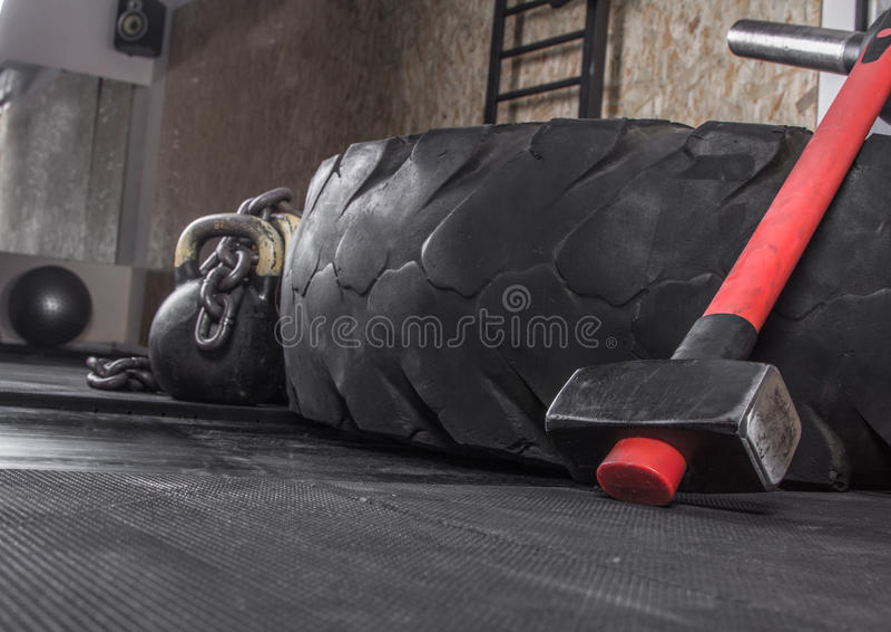 用于crossfit训练的另外crossfit设备在健身俱乐部 免版税库存图片