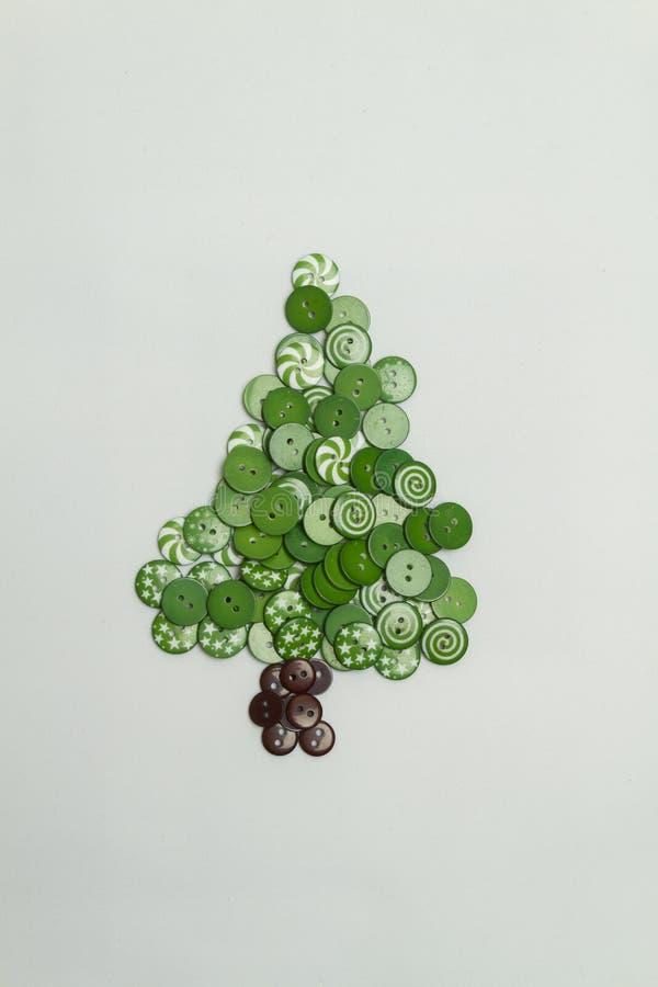 用五颜六色的按钮做的圣诞树在白色背景 免版税库存图片