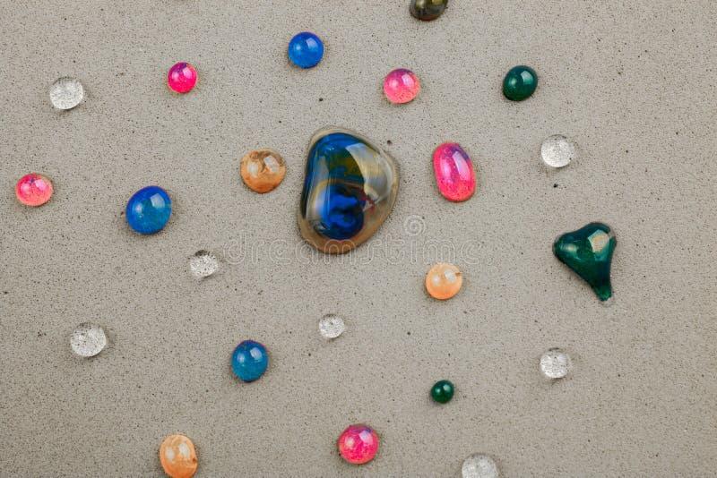 用五颜六色的水报道的背景在特写镜头下降 免版税库存图片