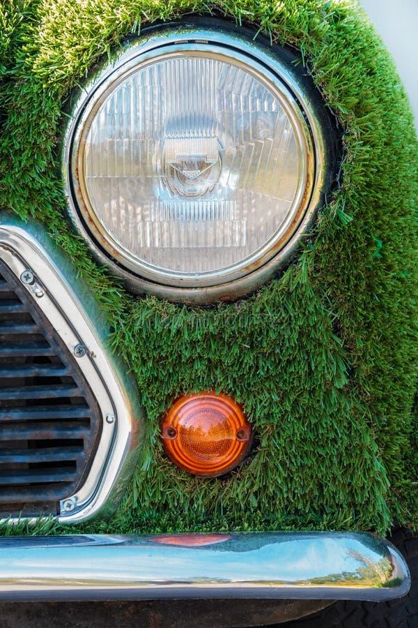 用人为绿草包括的Eco汽车 库存照片