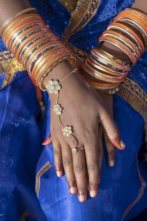 用人造珠宝装饰的印度妇女的手在普斯赫卡尔,印度 免版税库存图片