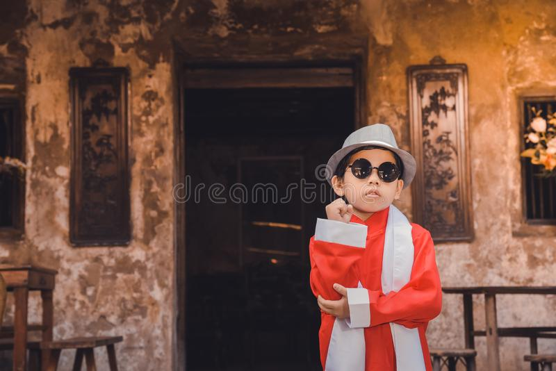 用传统中国新年成套装备庆祝旧历新年的亚裔中国男孩 免版税库存图片