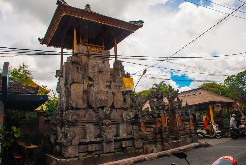 用传统巴厘语入口美妙地装饰对房子Ubud 免版税图库摄影