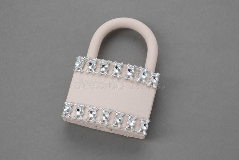 用假钻石装饰的华丽婚姻的挂锁 免版税库存照片