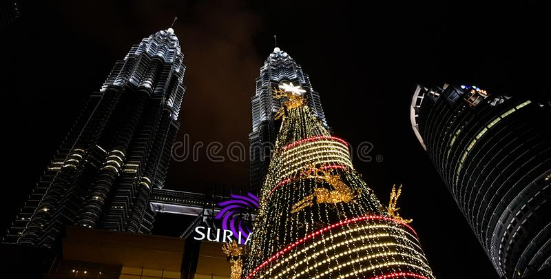 用光装饰的天然碱双塔kualampur的夜视图,马来西亚, 2017年 库存照片
