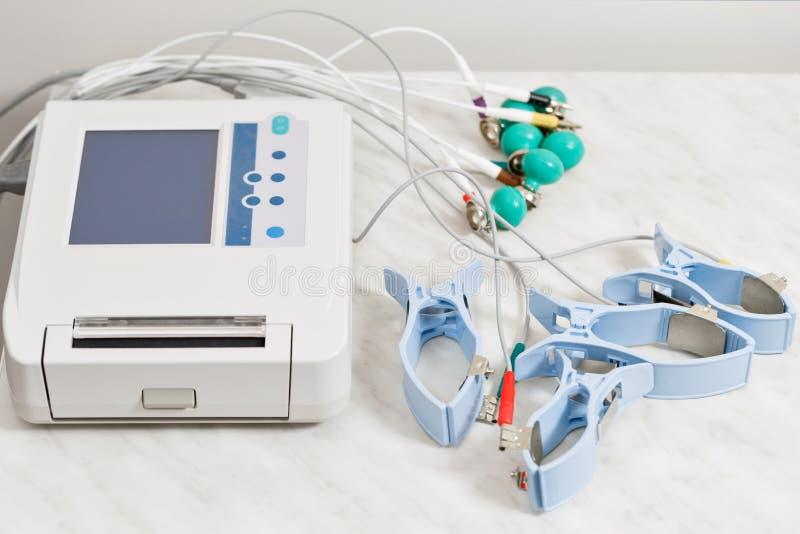 用具或设备测量单位心电图的在医生` s办公室