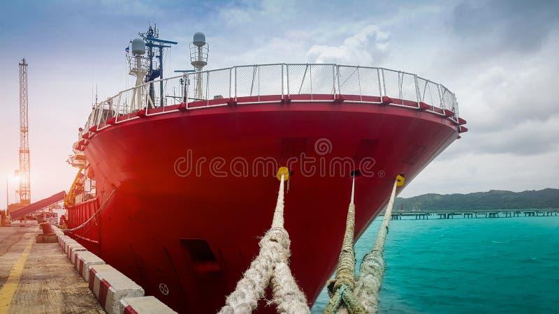 用力拖小船在口岸泰国的颜色桔子 免版税图库摄影